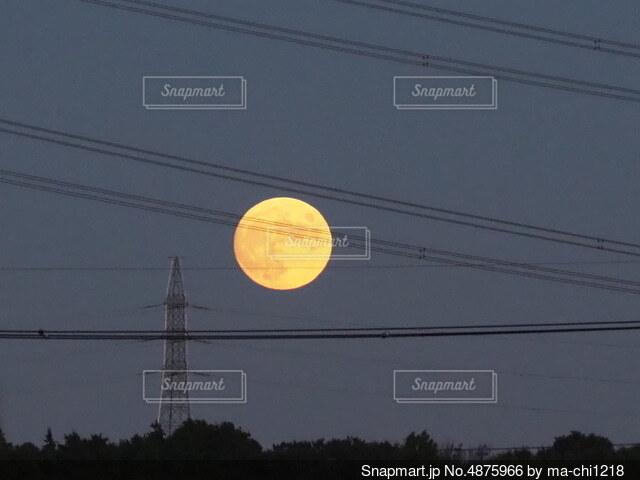 鉄塔と月の写真・画像素材[4875966]