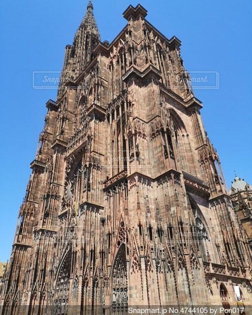 斜めから見上げるストラスブール大聖堂の写真・画像素材[4744105]
