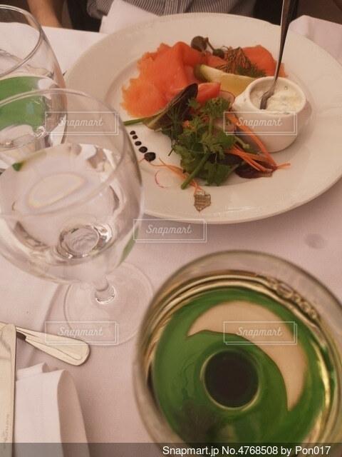 サーモンの前菜とワインの写真・画像素材[4768508]