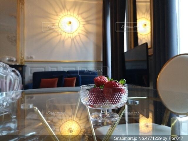テーブルの上の苺の写真・画像素材[4771229]