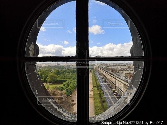 窓から見るパリの街の写真・画像素材[4771251]
