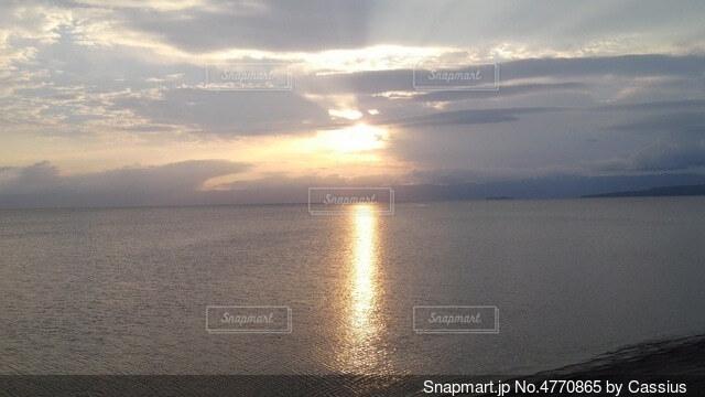 水の体に沈む夕日の写真・画像素材[4770865]