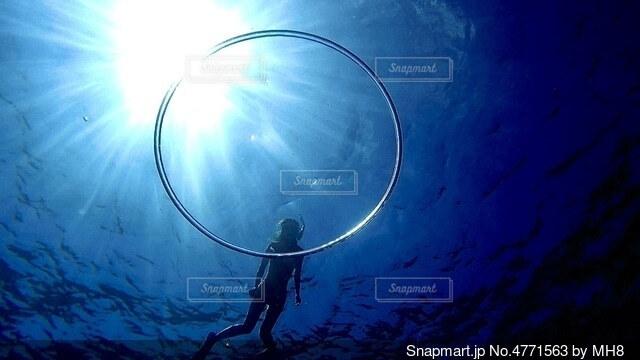 バブルリング越しの海の写真・画像素材[4771563]