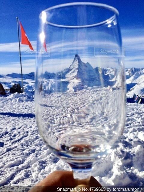 ワイングラスに透けるスイスの名峰マッターホルンの写真・画像素材[4769663]