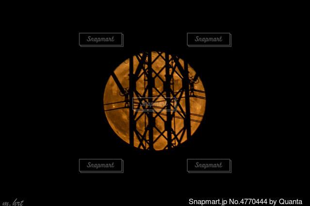 満月と鉄塔の写真・画像素材[4770444]