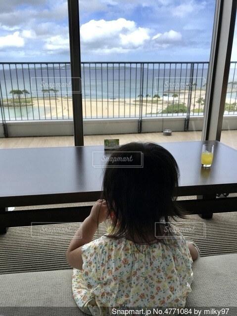 綺麗な海を見ながら一息の写真・画像素材[4771084]