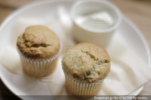 皿の上のカップケーキの写真・画像素材[4760785]