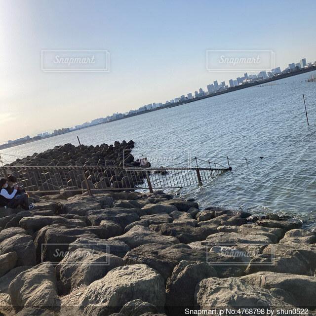 広い海の入り口の岩辺からの景色の写真・画像素材[4768798]