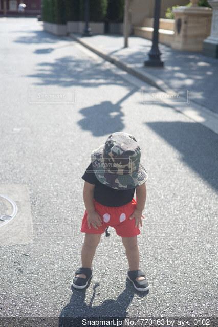 ディズニーシーで地面を見つめる少年の写真・画像素材[4770163]