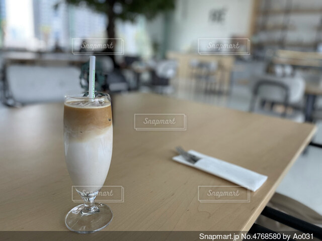 カフェで飲んだアイスカフェラテの写真・画像素材[4768580]