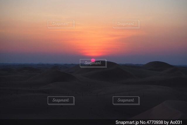 砂漠に沈む夕日の写真・画像素材[4770938]
