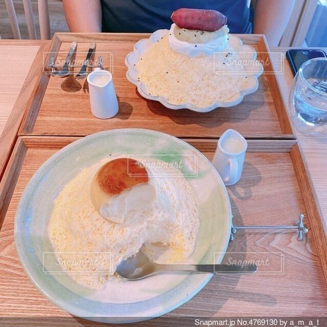 おしゃれなカフェで2人で食べるかき氷の写真・画像素材[4769130]