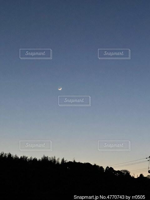 空を飛んでいる人の写真・画像素材[4770743]