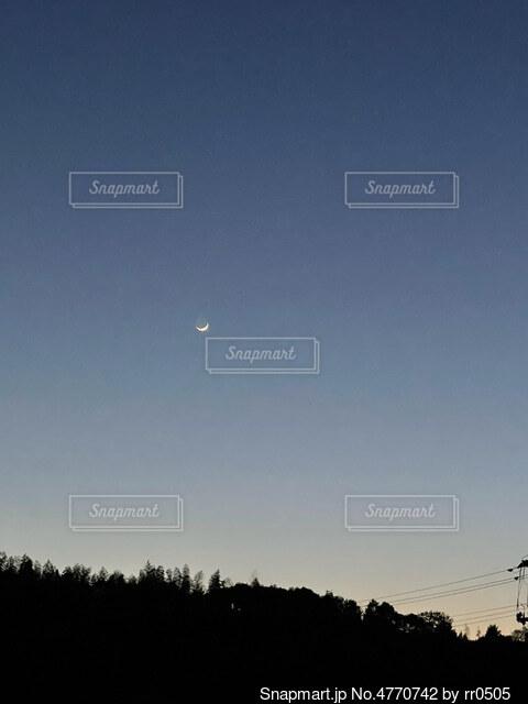 空を飛んでいる人の写真・画像素材[4770742]