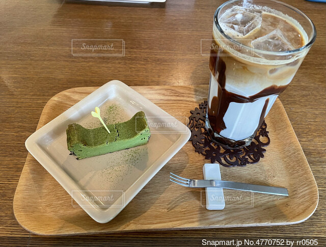 木製のテーブルの上に座っているケーキの写真・画像素材[4770752]