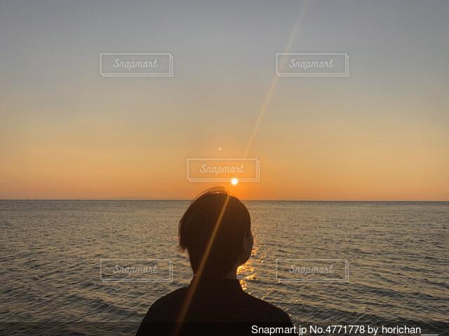 海と妻の写真・画像素材[4771778]