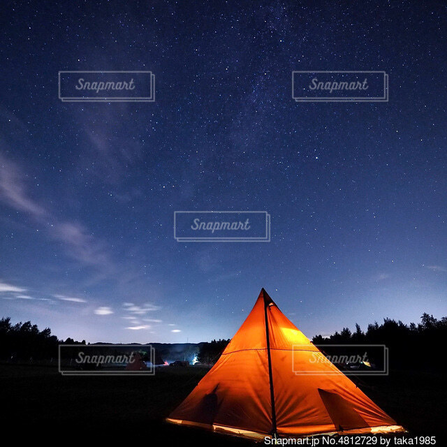 テントに沈む夕日の写真・画像素材[4812729]