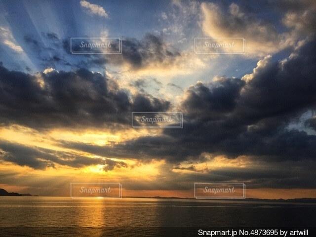 瀬戸内海に沈む夕日の写真・画像素材[4873695]