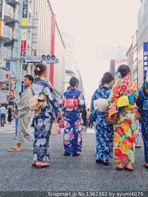 通りに立っている人のグループの写真・画像素材[1362302]
