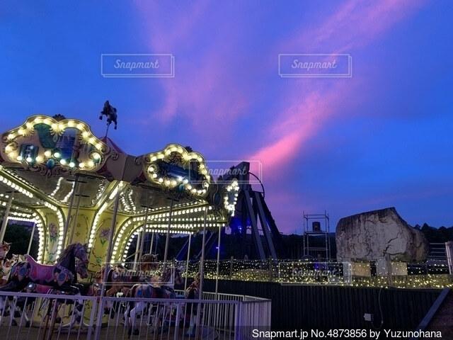 夕焼けとメリーゴーランドの写真・画像素材[4873856]