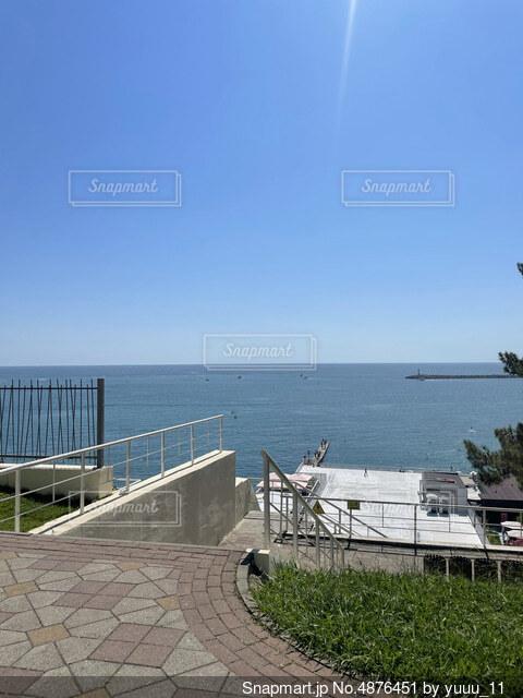 青い空に青い海の写真・画像素材[4876451]