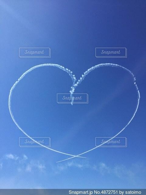 空に描かれたハートの写真・画像素材[4872751]