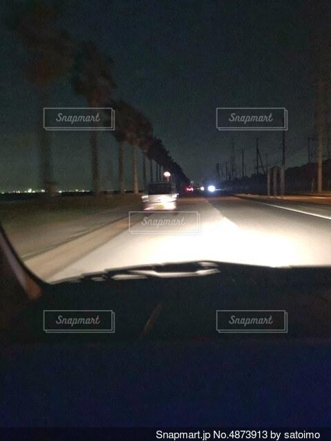 走行中の車内からの景色の写真・画像素材[4873913]