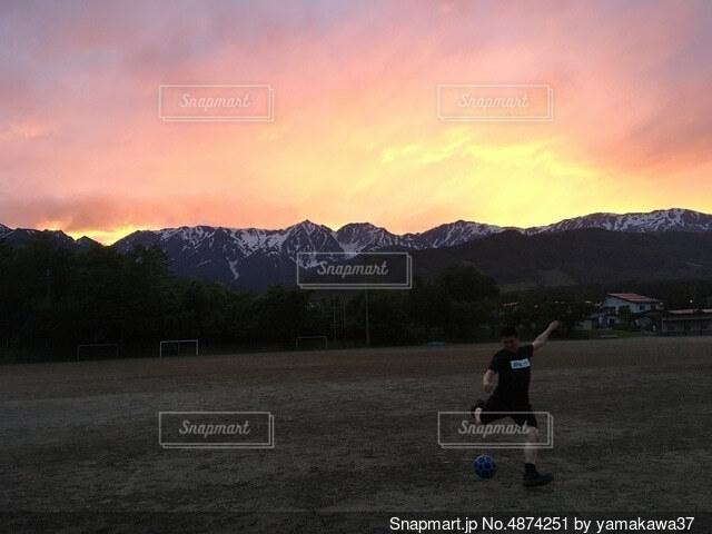 夕陽を背にサッカーの写真・画像素材[4874251]