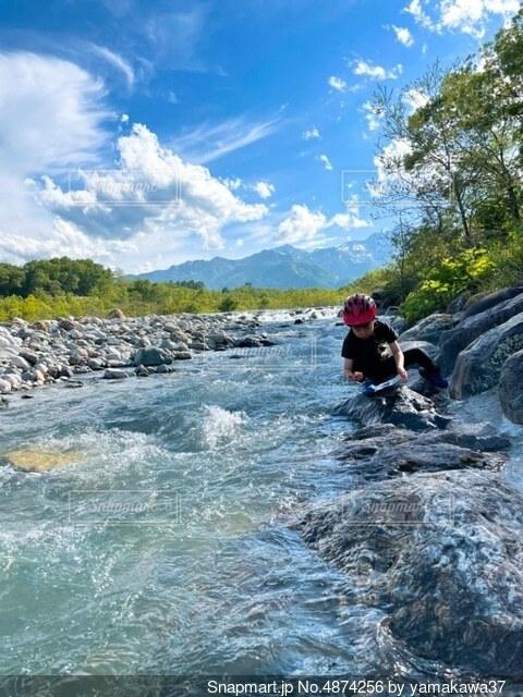 子供と川と山の写真・画像素材[4874256]