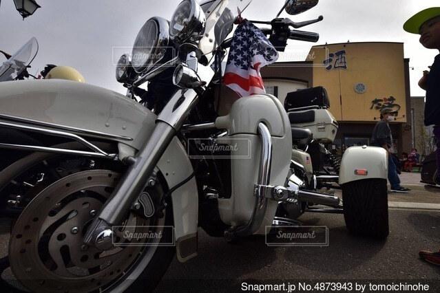 道路の脇に停車するオートバイの写真・画像素材[4873943]