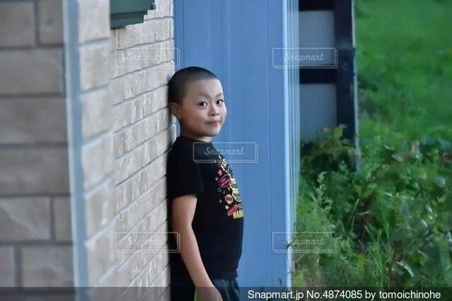 建物の前に立っている少女の写真・画像素材[4874085]