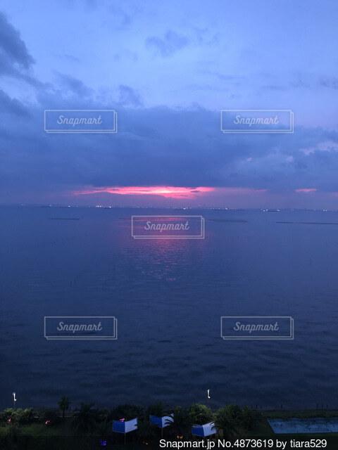 紅く染まる空の写真・画像素材[4873619]