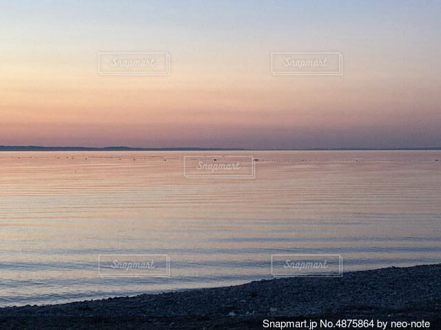 穏やかな夕暮れの海の写真・画像素材[4875864]
