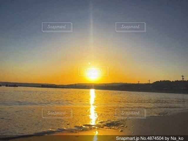 水の体に沈む夕日の写真・画像素材[4874504]