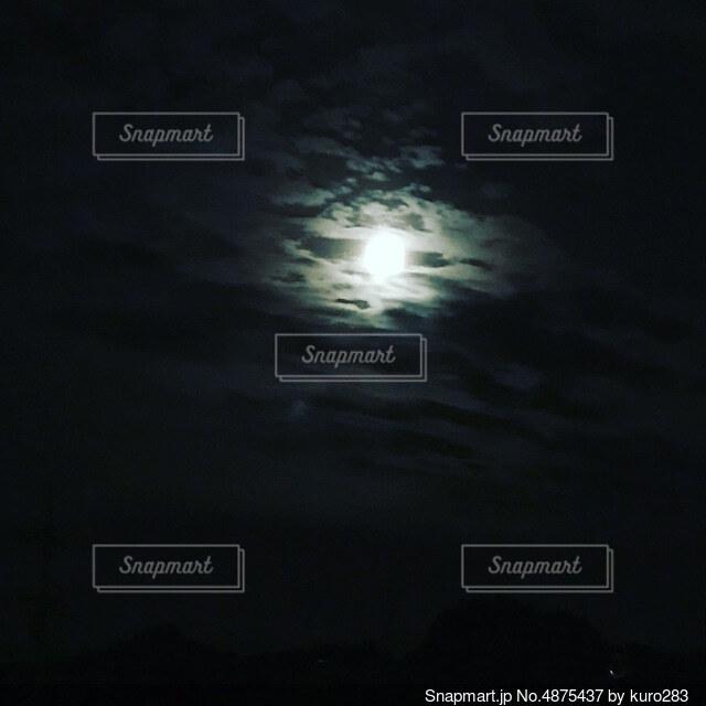 雲に陰る月の写真・画像素材[4875437]