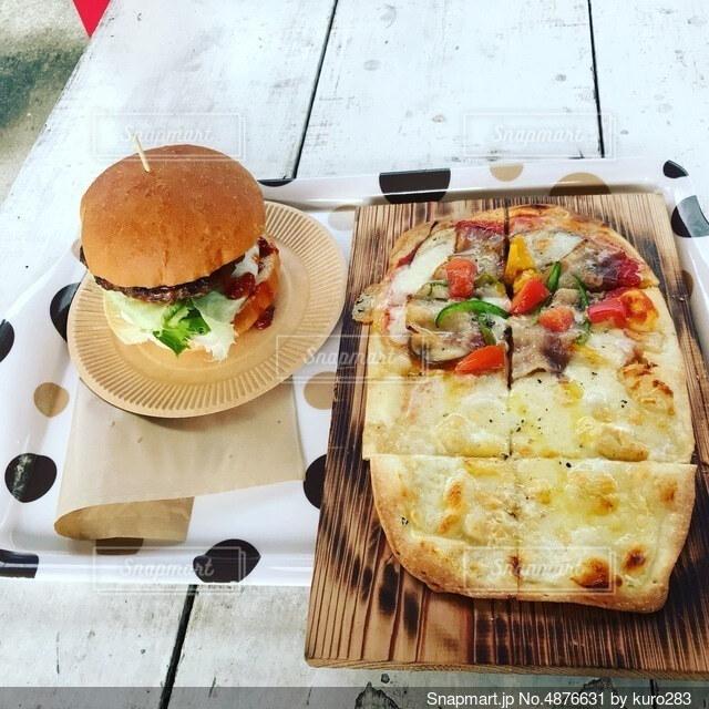 ピザとハンバーガーの写真・画像素材[4876631]