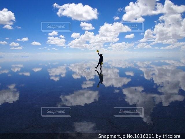 曇りの日に空の雲の写真・画像素材[1816301]