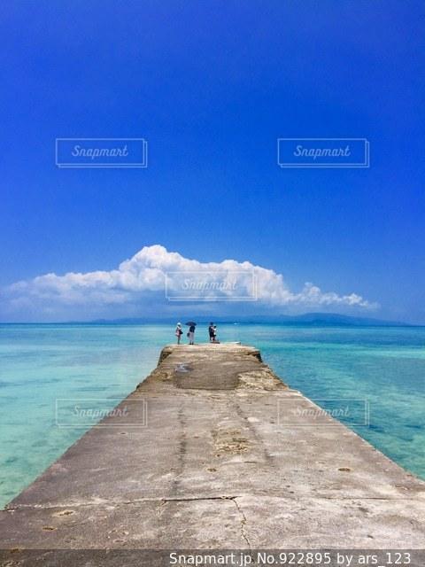 海の横にある水の体の写真・画像素材[922895]
