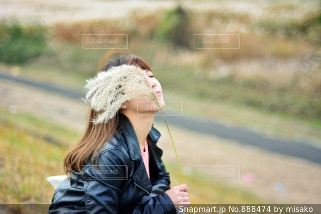 凧を持つ女性の写真・画像素材[888474]