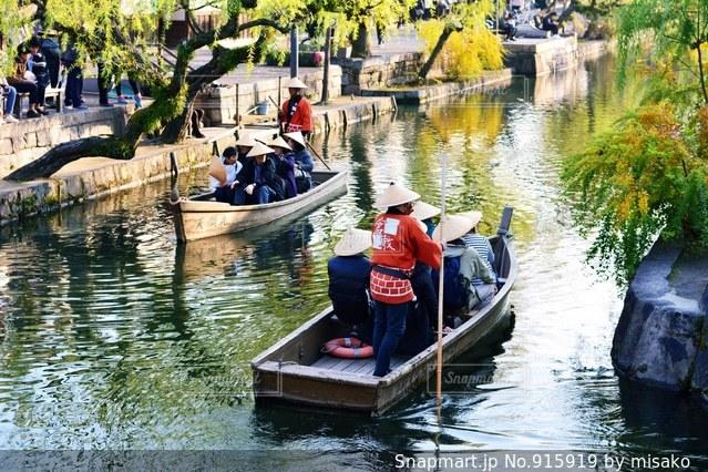 水の体の小さなボートの人々 のグループの写真・画像素材[915919]