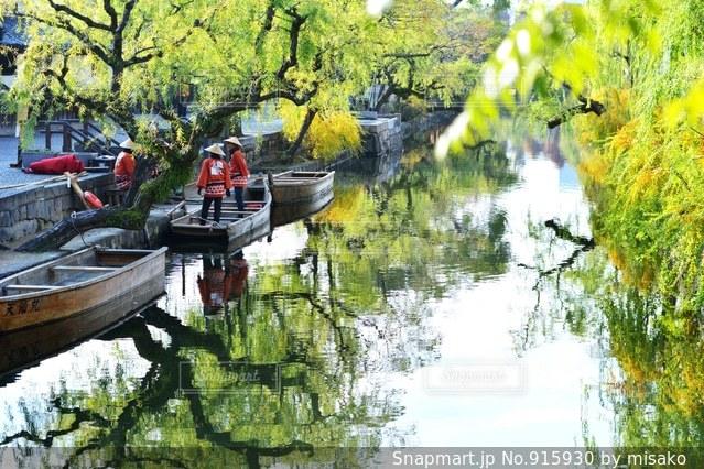 ボートは、川の脇に駐車 - No.915930