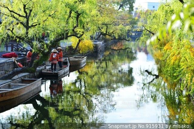 水の体の小さなボートの写真・画像素材[915931]