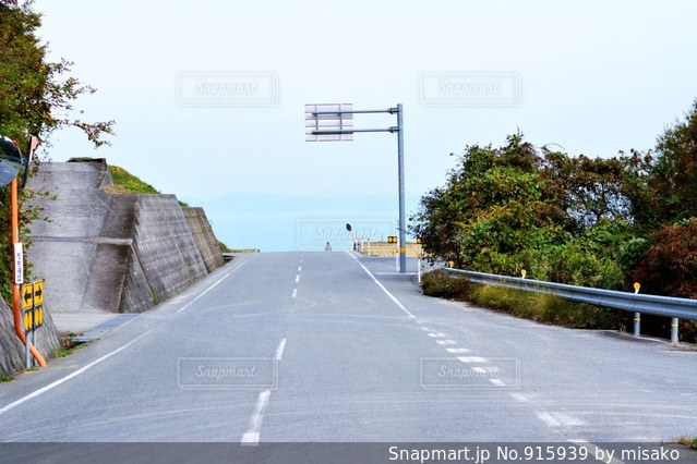 道の端にフォーカスを持つストリート シーンの写真・画像素材[915939]