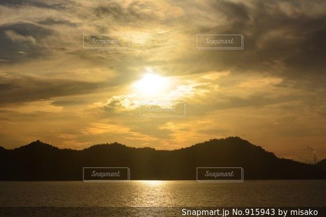 水の体に沈む夕日の写真・画像素材[915943]