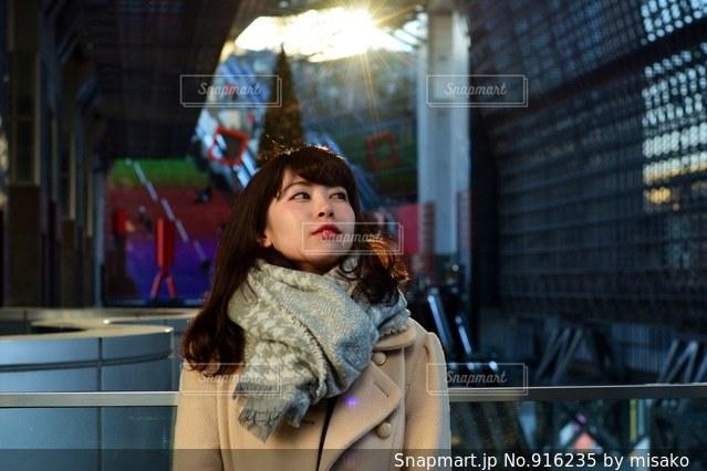 建物の前に立っている女の子の写真・画像素材[916235]