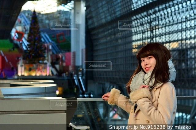 携帯電話で通話中の女性の写真・画像素材[916238]