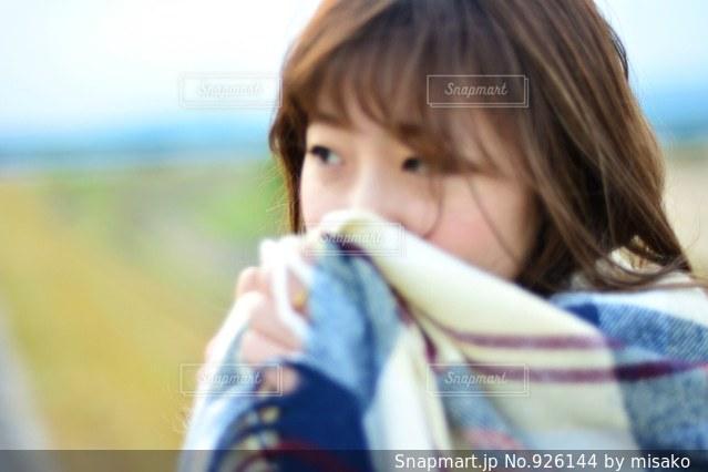 ホットドッグを食べる少女の写真・画像素材[926144]