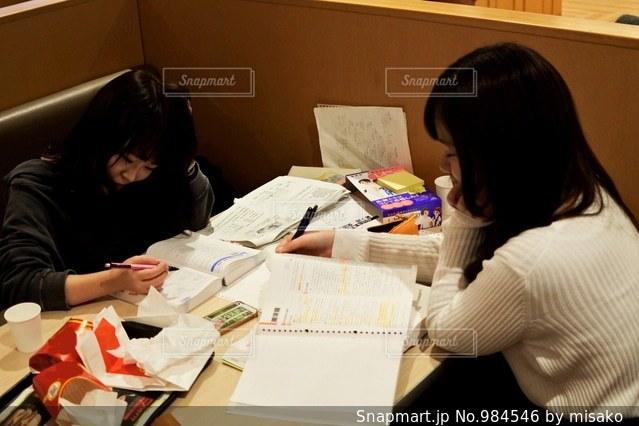 テーブルに座っている女性の写真・画像素材[984546]