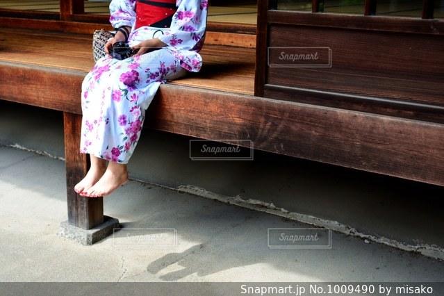 ベンチに座っている少女の写真・画像素材[1009490]