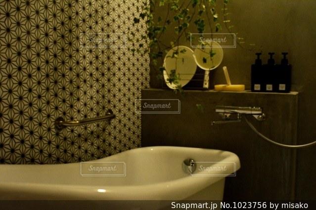 洗面台と鏡付きのバスルームの写真・画像素材[1023756]